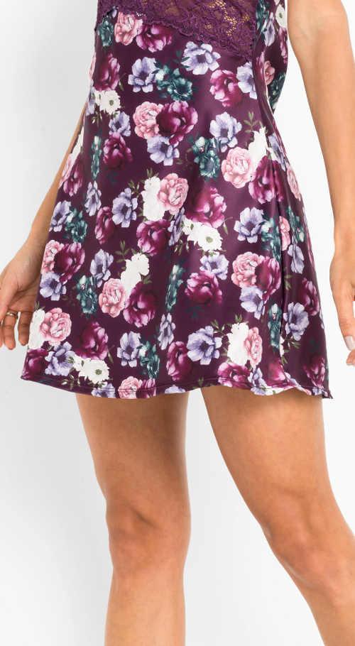 Fialová sukňa s kvetinovou potlačou
